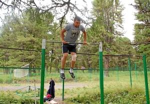 17 Роман Алевский выполняет упражнение на турнике (1)