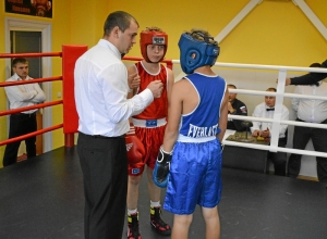 16 Рефери Владимир Пономарев делает напутствие боксерам