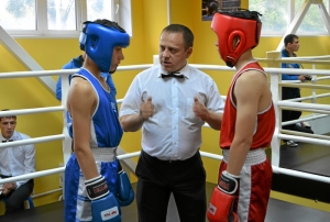 32 Рефери Иван Пономарев перед началом боя