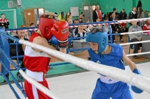 4 Полуфинал. Иван Балашов (в синей форме)  в бою с боксером из Кемерова