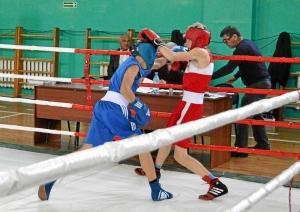 5 Полуфинал. Иван Балашов (в синей форме)  в бою с боксером из Кемерова