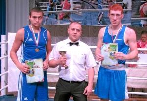 1 После соревнований (слева направо) победитель турнира Олег Торчаков, лучший рефери Иван Пономарев, финалист турнира Дмитрий Богданов