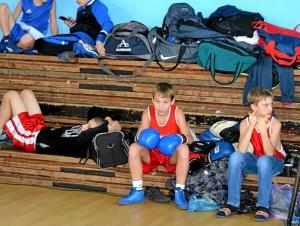 11 Данил Жуланов (в центре) перед боем, Сергей Чепля (справа) после боя