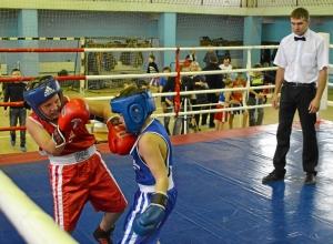 19 Момент боя с участием Заурбека Пугоева (в синей форме)