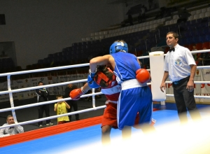 6 Первый бой на турнире Влада Трофимова (в красной форме)