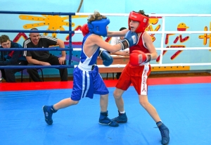 1 (10) Момент боя с участием Егора Мартыненко (в синей форме)