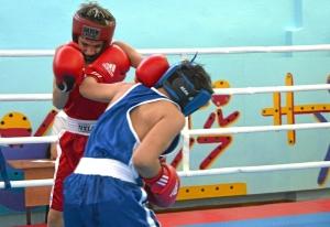 1 (18) Момент боя с участием Арсения Абрамова (в красной форме)