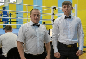 1 (32) Судьи соревнований Иван Пономарев (слева) и Павел Чабанов