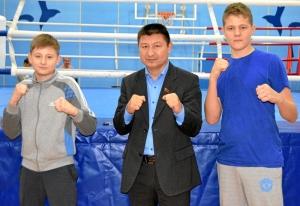 1 (44) Саша Савкин (слева) и Илья Краснов с почетным гостем соревнований Юрием Арбачаковым
