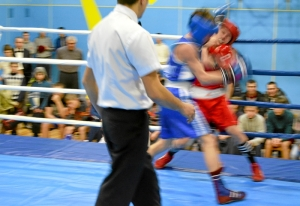 1 (6) Момент боя  Алексея Шелякина (в синей форме) с таштагольцем Данилом Чабаном