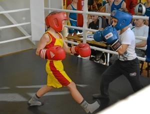 2 Момент боя самых юных участников. Андрей Рыбников (желтая форма) - Матвей Мулявин