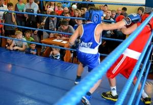 22 Момент боя с участием Заурбека Пугоева (в синей форме)