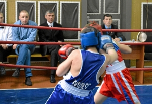 1 Момент боя Заурбека Пугоева (в синей форме)