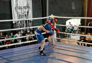 7 Полуфинал. Момент боя Данила Жуланова (в синей форме) с боксером из Казахстана