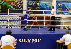 3 На ринге Иван Коломин (в синей форме)