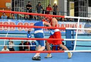 4 На ринге Влад Трофимов (в красной форме)
