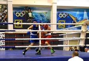 5 На ринге Иван Коломин (в синей форме)