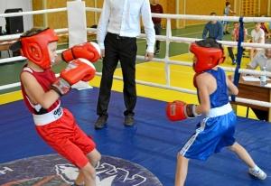 (3) На ринге Денис Ращук (в синей форме)
