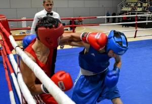 (4) Четвертьфинал. В ринге Владислав Трофимов (в красной форме)