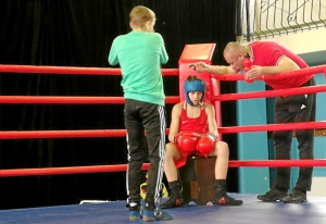 (4) В улу ринга Данил Жуланов. Тренер явно не хвалит