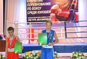 (3) Победитель соревнований Егор Пономарев (в синей форме)