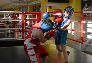 (12) Момент боя Сергея Скачкова (в синей форме) против Андрея Файзулина