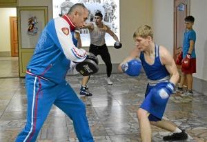 (15) Четвертьфинал. Антон Гобов готовится к выходу на ринг