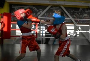 (18) Момент боя Матвея Эрета (в синем шлеме) против Дениса Ращука