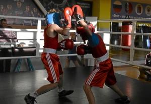 (20) Момент боя Матвея Эрета (в синем шлеме) против Дениса Ращука