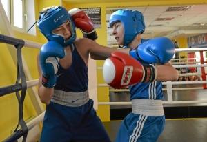 (28) Момент боя Егора Пономарева (в красных перчатках) против Сергея Чепли