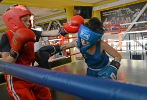 (3) Момент боя Зелима Близнюка (в красной форме) против Егора Шелкова
