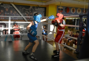 (4) Момент боя Зелима Близнюка (в красной форме) против Егора Шелкова