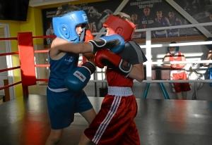 (6) Момент боя Зелима Близнюка (в красной форме) против Егора Шелкова