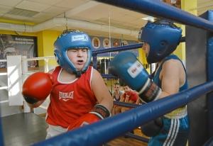 (9) Момент боя Сергея Скачкова (в синей форме) против Андрея Файзулина