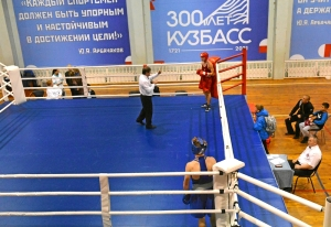 (9) Сопернику Антона Гобова отсчитывают нокдаун