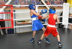 (12) Момент боя Матвея Эрета (в красной форме) против Сергея Скачкова