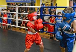 (3) Момент боя Саши Балашова (слева) против Вани Каталицкого