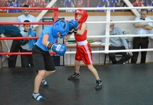 (4) Момент боя Данила Косьмина против Вани Ращука (справа)