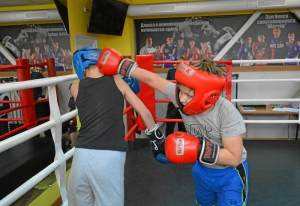 (9) Момент боя Вани Шлапакова против Максима Чичендаева (справа)