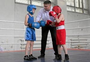 (2) Ваня Ращук (слева) - первый официальный бой