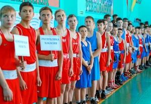 1 Парад открытия соревнований. Крайние слева Антон Гобов и Влад Ашихмин