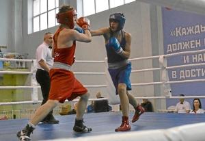 1 Полуфинал. На ринге Иван Коломин (в синей форме)