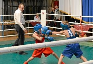 (1) На ринге Денис Ращук (в красной форме)