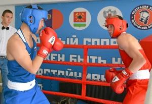 11 Не нашлось соперников. Иван Коломин (слева) против Вячеслава Горбунова