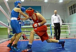 1 На ринге Иван Коломин (в красной форме) (1)