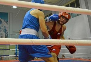 1 На ринге Иван Коломин (в красной форме) (2)