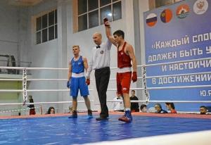 1 На ринге Иван Коломин (в красной форме) (3)
